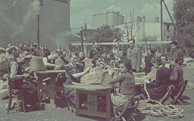 Détenus juifs du ghetto de Lodz, dans la Pologne occupée par les nazis, travaillent à la confection de paniers. (Mémorial de l'Holocauste des États-Unis)