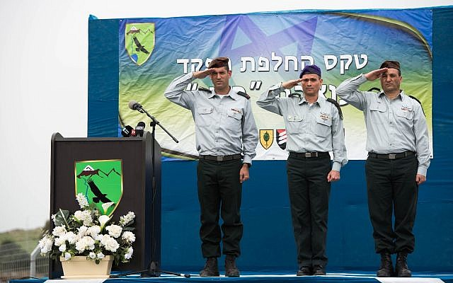 De gauche à droite : le nouveau chef de la 210e Division 'Bashan' de l'armée israélienne, le brigadier-général Amit Fisher ; le chef du Commandement du Nord, le major-général Yoel Strick ; et le chef sortant de la 210e Division, le brigadier-général Yaniv Assur, lors d'une cérémonie à la base de l'armée de Nafah sur les hauteurs du Golan, le 11 février 2018 (Forces de défense israéliennes)