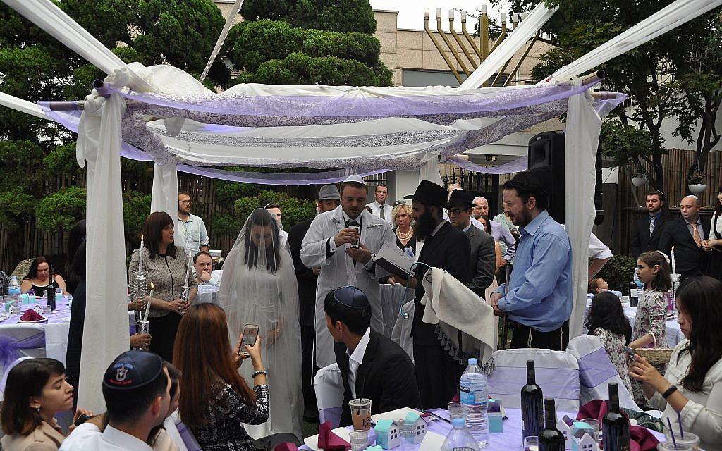 Le rabbin Osher Litzman, en noir sous le dais nuptial, en train de célébrer un mariage juif à Séoul, en Corée du Sud. (Courtesy of Chabad of South Korea/via JTA)