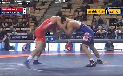 Le lutteur iranien Alireza Karimi menait son match contre le Russe Alikhan Zhabrailov 3-2, alors qu'on entend son entraîneur depuis les lignes de touche lui ordonnant de perdre, lors des Championnats du monde en Pologne, le 25 novembre 2017. (Capture d'écran: YouTube)