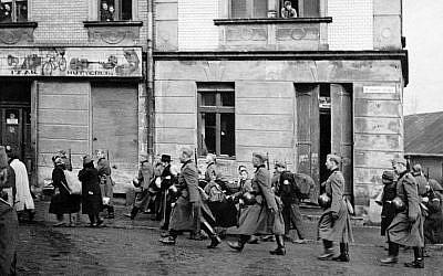 Une photographie prise durant la déportation des Juifs d'Oswiecim vers les camps de la mort et les ghettos de la région durant l'occupation nazie de la Pologne (Crédit : Centre juif d'Auschwitz)