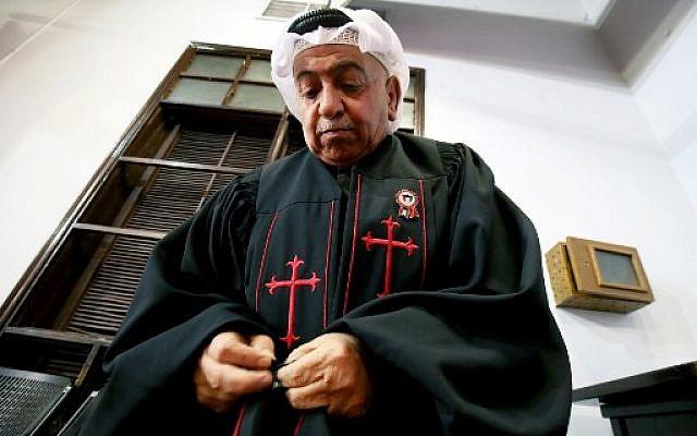 Le père Emmanuel Benjamin Jacob Gharib, président de l'Église évangélique nationale du Koweït et pasteur de l'Église presbytérienne koweïtienne, à l'Église évangélique nationale de Koweït le 20 février 2018 (Crédit :  AFP PHOTO / YASSER AL-ZAYYAT)