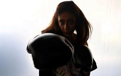 Halah Alhamrani, 41 ans, propriétaire d'une salle de gym saoudienne, s'entraîne dans son centre de fitness de la ville côtière de Djeddah, le 19 février 2018 (AFP PHOTO / AMER HILABI)
