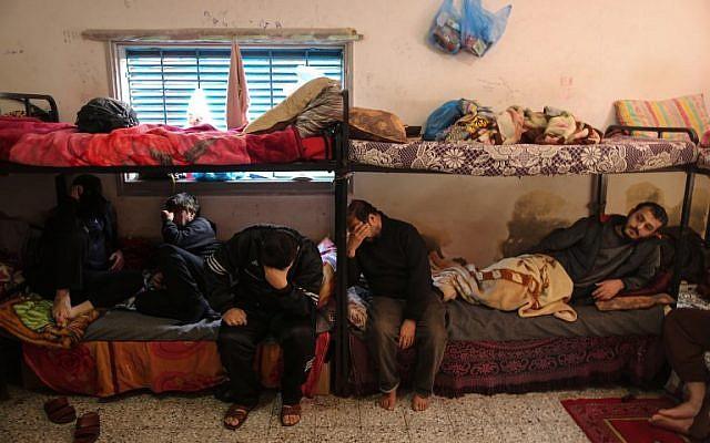 Les Palestiniens qui sont incapables de rembourser leurs dettes sont assis dans une cellule dans une prison du Hamas dans la ville de Gaza le 20 février 2018 (Crédit : AFP PHOTO / MAHMUD HAMS)