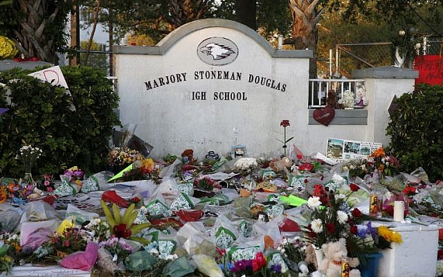 Des fleurs, des bougies et des souvenirs sont exposés à l'extérieur d'un monument de fortune à l'école secondaire Marjory Stoneman Douglas High School, à Parkland, en Floride, le 27 février 2018. (AFP PHOTO / RHONA WISE)