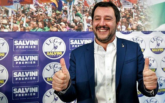 Le leader du parti d'extrême droite italien de la Ligue Matteo Salvini lève les pouces au siège de la formation à Milan, le 5 mars 2018 (Crédit : AFP/Piero Cruciatti)