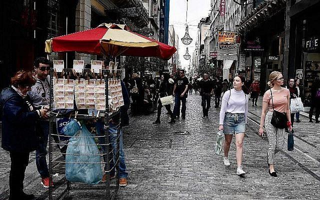 Des passants dans la principale rue commerciale d'Athènes, le 5 mars 2018 (Crédit : AFP / LOUISA GOULIAMAKI)