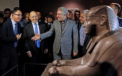 Jean-Luc Martinez (à gauche), président du musée du Louvre, Jean-Yves Le Drian (au centre), ministre français des Affaires étrangères, et Ali Asghar Mounesan, vice-président iranien du patrimoine culturel, présentent une exposition de 50 œuvres du Louvre au Musée national d'Iran, dans le centre de Téhéran, le 5 mars 2018 (PHOTO AFP / ATTA KENARE)