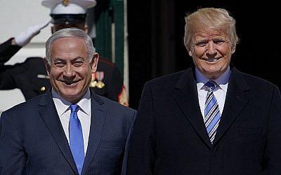Le président américain Donald Trump accueille le Premier ministre israélien Benjamin Netanyahu à la Maison Blanche, le 5 mars 2018 à Washington (Crédit : AFP PHOTO / Mandel NGAN)