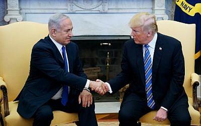 Le président américain Donald Trump serre la main du Premier ministre israélien Benjamin Netanyahu dans le bureau ovale de la Maison-Blanche, le 5 mars 2018 (AFP Photo / Mandel Ngan)