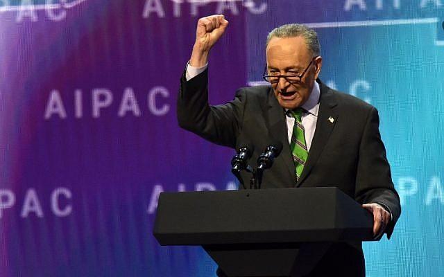 Le sénateur démocrate de New York et chef de la minorité démocrate au Sénat, Chuck Schumer, prend la parole à la conférence politique de l'American Israel Public Affairs Committee (AIPAC) à Washington, DC, le 5 mars 2018. (Crédit : AFP Photo/Nicholas Kamm)