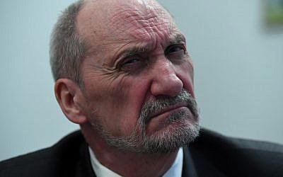Antoni Macierewicz, historien de 69 ans et dissent anti-communiste devenu politicien conservateur et ministre de la défense entre 2015 et 2017, photographié ici le 20 février 2018 dans son bureau de Varsovie (Crédit : AFP PHOTO / JANEK SKARZYNSKI)