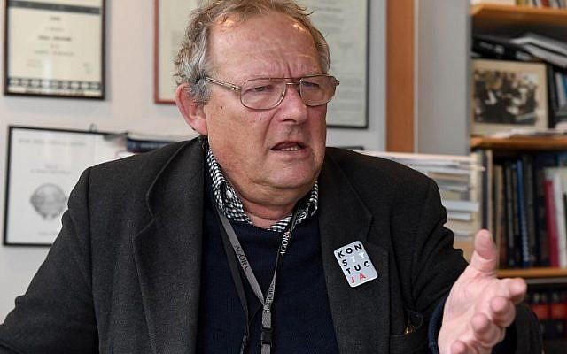 Adam Michnik, un dissident éminent de l'ère communiste dorénavant rédacteur en chef de la Gazeta Wyborcza, le journal libéral majeur en Pologne, à son bureau le 23 février 2018 à Varsovie (Crédit :  AFP PHOTO / JANEK SKARZYNSKI