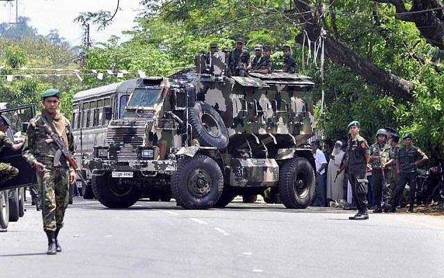 Les commandos de la police sri-lankaise patrouillent dans les rues de Pallekele, un quartier de Kndy, suite aux émeutes anti-musulmanes qui ont amené le gouvernement à déclarer l'état d'urgence, le 6 mars 2018 (Crédit : AFP)