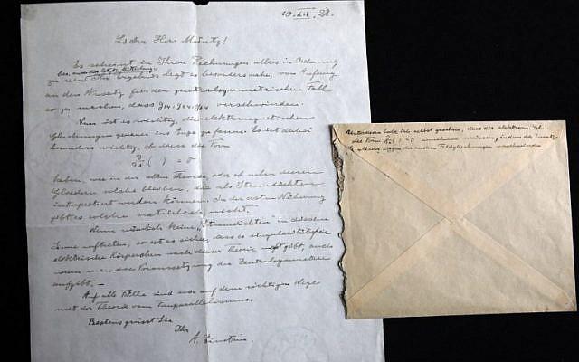 """Une photo montrant une lettre signée d'Albert Einstein, physicien et Prix Nobel, datée de 1928 concernant la formalisation du """"troisième stade de la théorie de la relativité"""" à la société de vente aux enchères Winner's de Jérusalem , le 6 mars 2018 (Crédit : AFP PHOTO / MENAHEM KAHANA"""