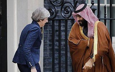La Première ministre britannique Theresa May, à gauche, salue le prince héritier Mohammed bin Salmanà droite, à l'entrée du  10 Downing Street dans le centre de Londres, le 7 mars 2018 (Crédit : AFP PHOTO / Tolga AKMEN)