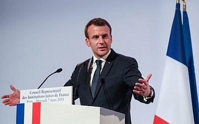 Le président français Emmanuel Macron prononce un discours lors du 33ème dîner annuel du Conseil représentatif des institutions juives de France (CRIF), le 7 mars 2018 à Paris (Crédit : AFP PHOTO / POOL / ludovic MARIN)