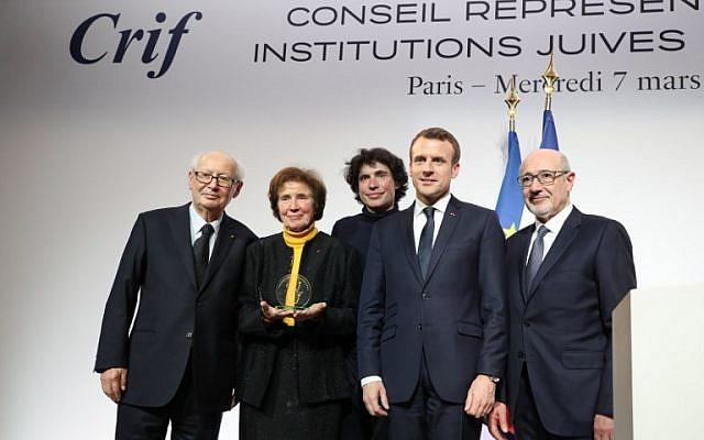 (A partir de la gauche) Serge Klarsfeld et son épouse Beate Klarsfeld, son fils, l'avocat franco-israélien Arno Klarsfeld, le président français Emmanuel Macron et le président du CRIF Francis Kalifat lors du 33e dîner annuel du Conseil représentatif des institutions juives de France (CRIF), le 7 mars 2018, à Paris (Crédit : AFP PHOTO / POOL / MARIN LUDOVIC)