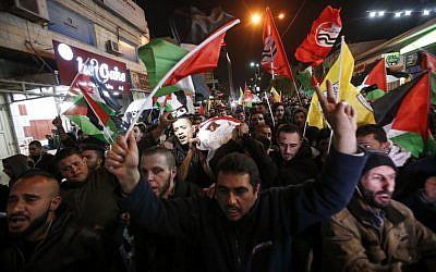 Des Palestiniens transportent la dépouille de Mohammed al-Jabari, 24 ans, qui a été tué par balles par les forces israéliennes, lors d'une procession organisée dans les rues de la ville de Hébron, en Cisjordanie, le 9 mars 2018 (Crédit : / AFP PHOTO / HAZEM BADER)