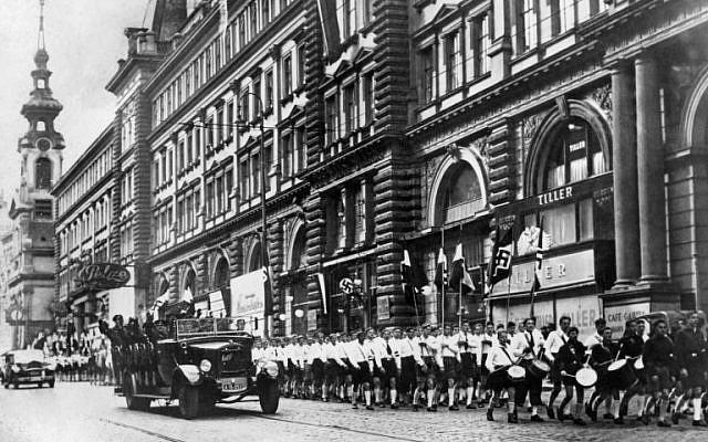 """Cette photo prise le 15 mars 1938 montre des soldats nazis allemands paradant dans une rue de Vienne après l'annexion de l'Autriche, ou """"Anschluss"""", par la  Wehrwacht allemande. (Crédit :  / AFP PHOTO / FRANCE PRESSE VOIR / STRINGER)"""
