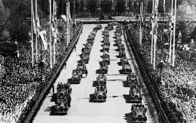 Cette photo prise le 10 avril 1938 montre des soldats allemands paradant à Vienne devant le Burgtheater, célébrant le plébiscite demandant aux Autrichiens de ratifier l'Anschluss  et l'annexion de l'Autriche au sein de la grande Allemagne (Crédit :  / AFP PHOTO / FRANCE PRESSE VOIR / STRINGER