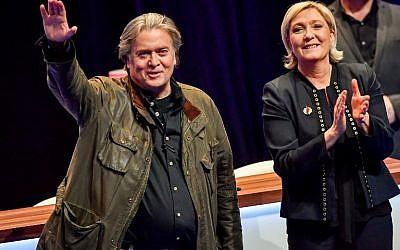 La présidente du parti du Front national, parti d'extrême-droite français, Marine Le Pen (à droite) applaudit l'ancien conseiller du président américain Steve Bannon après son discours durant le congrès annuel  de la formation, le 10 mars 2018 au Grand Palais de Lille, dans le nord de la France (Crédit : AFP PHOTO / PHILIPPE HUGUEN)