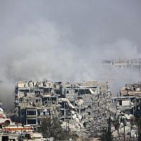 Photo d'illustration. De la fumée s'élève suite aux bombardements du gouvernement syrien sur la ville assiégée par les rebelles de Harasta, dans la région de la Ghouta orientale, à la périphérie de Damas, le 12 mars 2018 (Crédit : AFP PHOTO)