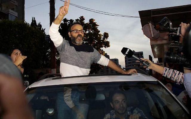 L'acteur libanais Ziad Itani parle à la presse alors qu'il arrive chez lui, à Beyrouth, après sa libération, le 13 mars 2018 (AFP / ANWAR AMRO)