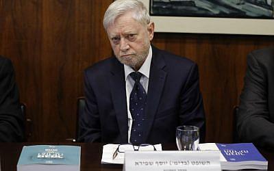 Le contrôleur d'État Yosef Shapira présente un rapport sur la guerre de 50 jours entre Israël et le Hamas durant l'été 2014, le 14 mars 2018 à la Knesset de Jérusalem. (AFP/Menahem Kahana)