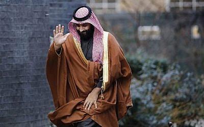 Le prince héritier Mohammed bin Salman d'Arabie saoudite salue à son arrivée au 10 Downing Street, au centre de Londres. (Crédit : AFP / Tolga AKMEN)