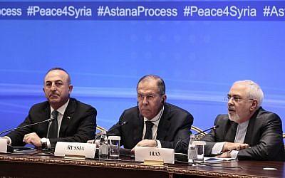 Le ministre russe des Affaires étrangères Sergueï Lavrov (au centre), le ministre iranien des Affaires étrangères Mohammad Javad Zarif (à droite) et le ministre turc des Affaires étrangères Mevlut Cavusoglu assistent à une réunion sur la Syrie à Astana, au Kazakhstan, le 16 mars 2018 (Crédit : AFP PHOTO / Alexey FILIPPOV