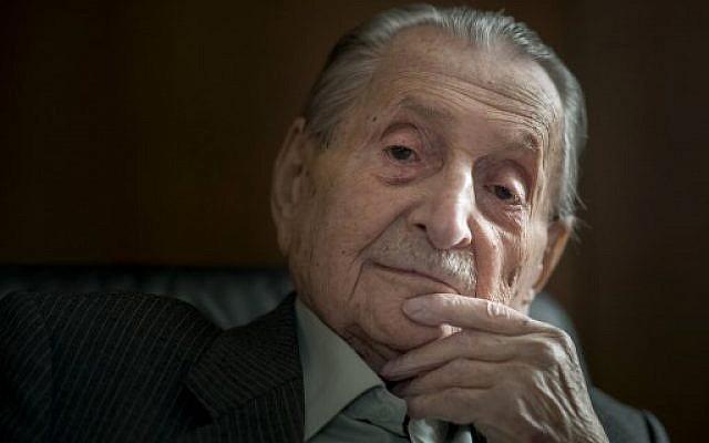 Marko Feingold, 104 ans, pose pour une photo au Centre culturel israélien de Salzbourg, Autriche, le 15 mars 2018. (AFP PHOTO / JOE KLAMAR)