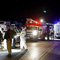 Les forces de sécurité israéliennes et des experts légistes sur le site d'une attaque à la voiture-bélier contre des soldats israéliens près de l'implantation de Mevo Dotan en Cisjordanie le 16 mars 2018. (AFP Photo/Jack Guez)