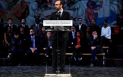 Le Premier ministre français Edouard Philippe présente un plan national de lutte contre le racisme et l'antisémitisme au Musée national de l'histoire de l'immigration, à Paris, le 19 mars 2018 (Crédit : AFP PHOTO / GERARD JULIEN)