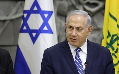 Le Premier ministre Benjamin Netanyahu préside la réunion hebdomadaire de son cabinet dans la ville de Dimona, le 20 mars 2018 (Menahem Kahana / AFP)