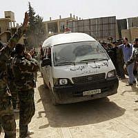 Un véhicule transportant des civils et des soldats, qui auraient été kidnappés par le régime et libérés dans le cadre d'un échange de prisonniers, selon les rebelles, à Harasta, dans la Ghouta orientale, le 22 mars 2018, après un accord avec les rebelles pour procéder à l'évacuation de la région. (Crédit : AFP / Louai Beshara)