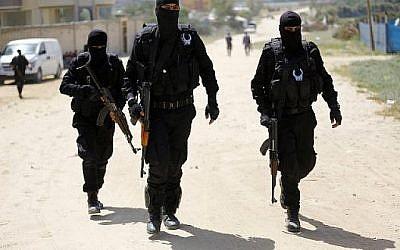 """Les policiers du Hamas effectuent un raid à Nuseirat, au sud de la ville de Gaza, le 22 mars 2018, qui a abouti à l'arrestation d'un suspect dans un récent attentat à la bombe contre le Premier ministre palestinien, ont déclaré des responsables. (""""AFP PHOTO / MOHAMMED ABED"""")"""