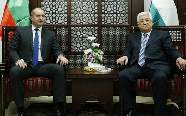 Le président de l'Autorité palestinienne Mahmoud Abbas (à droite) et le président bulgare Rumen Radev dans la ville de Ramallah en Cisjordanie le 22 mars 2018 (Crédit : AFP Photo / Abbas Momani)