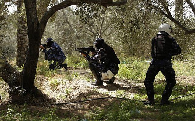 Des policiers du Hamas lors des affrontements à Nousseirat, qui ont conduit à l'arrestation de l'auteur présumé de l'attentat contre le Premier ministre de l'AP Rami Hamdallah, le 22 mars 2018. (Crédit : AFP / MAHMUD HAMS)