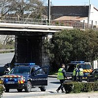 Des gendarmes français bloquent l'accès à Trebes, où un homme a pris des otages dans un supermarché, le 23 mars 2018 à Trebes, dans le sud-ouest de la France (Crédit : AFP / Eric Cabanis)