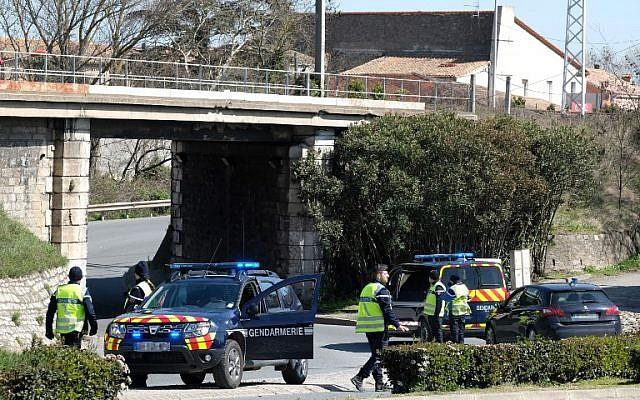 Des gendarmes français bloquent l'accès à Trebes, où un homme a pris des otages dans un supermarché, le 23 mars 2018 à Trebes, dans le sud-ouest de la France (Crédit : Photo AFP / Eric Cabanis)