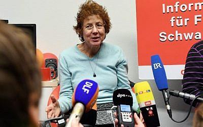 """Une photo de la gynécologue allemande Kristina Haenel s'adressant à des journalistes lors d'une conférence de presse de Change.org à Berlin, après qu'un tribunal allemand lui a infligé une amende de 6 000 euros pour avoir indiqué sur son site qu'elle pratiquait les avortements. Haenel a juré que """"cela ne pouvait pas continuer comme ça"""" (Crédit : AFP PHOTO / dpa / Maurizio Gambarini / Germany OUT)"""