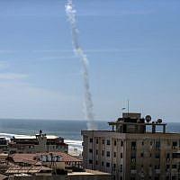 La fumée d'une roquette lancée par des militants palestiniens du Hamas s'élève à Gaza City le 25 mars 2018 dans le cadre de manoeuvres militaires (Crédit :  AFP PHOTO / MAHMUD HAMS)