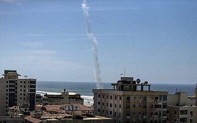 La fumée d'une roquette tirée par des terroristes palestiniens du Hamas est visible au-dessus de la ville de Gaza au cours d'un exercice militaire le 25 mars 2018. (AFP/MAHMUD HAMS)