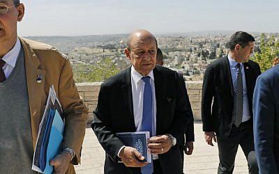 Une photo prise le 26 mars 2018 montre le ministre français des Affaires étrangères, Jean-Yves Le Drian (C) sur le mont Scopus surplombant Jérusalem lors de sa visite en Israël et dans les territoires palestiniens. (Crédit : AFP / Ahmad GHARABLI)
