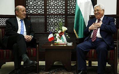 Le ministre français des Affaires étrangères, Jean-Yves Le Drian (à gauche) rencontre le président de l'Autorité palestinienne Mahmoud Abbas à Ramallah, le 26 mars 2018. (Crédit : AFP / ABBAS MOMANI