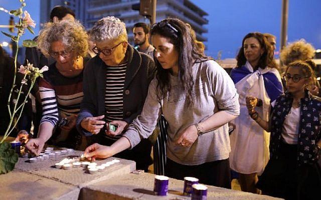 Des Israéliens francophones allument des bougies lors d'un rassemblement à Jérusalem le 28 mars 2018, à la mémoire de Mireille Knoll, une femme juive de 85 ans assassinée chez elle, à Paris (AFP PHOTO / MENAHEM KAHANA)