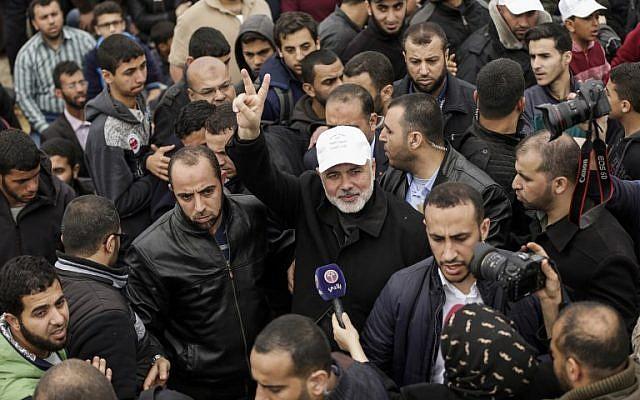 """Le leader du Hamas Ismail Haniyeh fait le """"V"""" de la victoire durant une manifestation près de la frontière avec Israël, à l'est de Gaza city, pour commémorer la journée de la Terre, le 30 mars 2018 (Crédit : AFP PHOTO / MAHMUD HAMS)"""