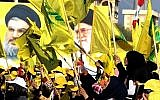 Des femmes brandissent des drapeaux libanais et du Hezbollah devant les portraits du dirigeant suprême iranien, l'ayatollah Ali Khamenei et du dirigeant du Hezbollah Hassan Nasrallah, dans la ville de Bint Jbeil, au sud du Liban, le 13 août 2016. (AFP Photo / Mahmoud Zayyat)