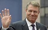 Le président roumain, Klaus Werner Iohannis, fait un geste en arrivant au sommet des dirigeants de l'Union européenne au Conseil européen, à Bruxelles, le 20 octobre 2016. (Crédit : AFP / Thierry Charlier)